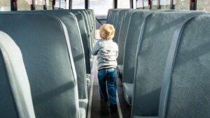 ילד באוטובוס ילדים